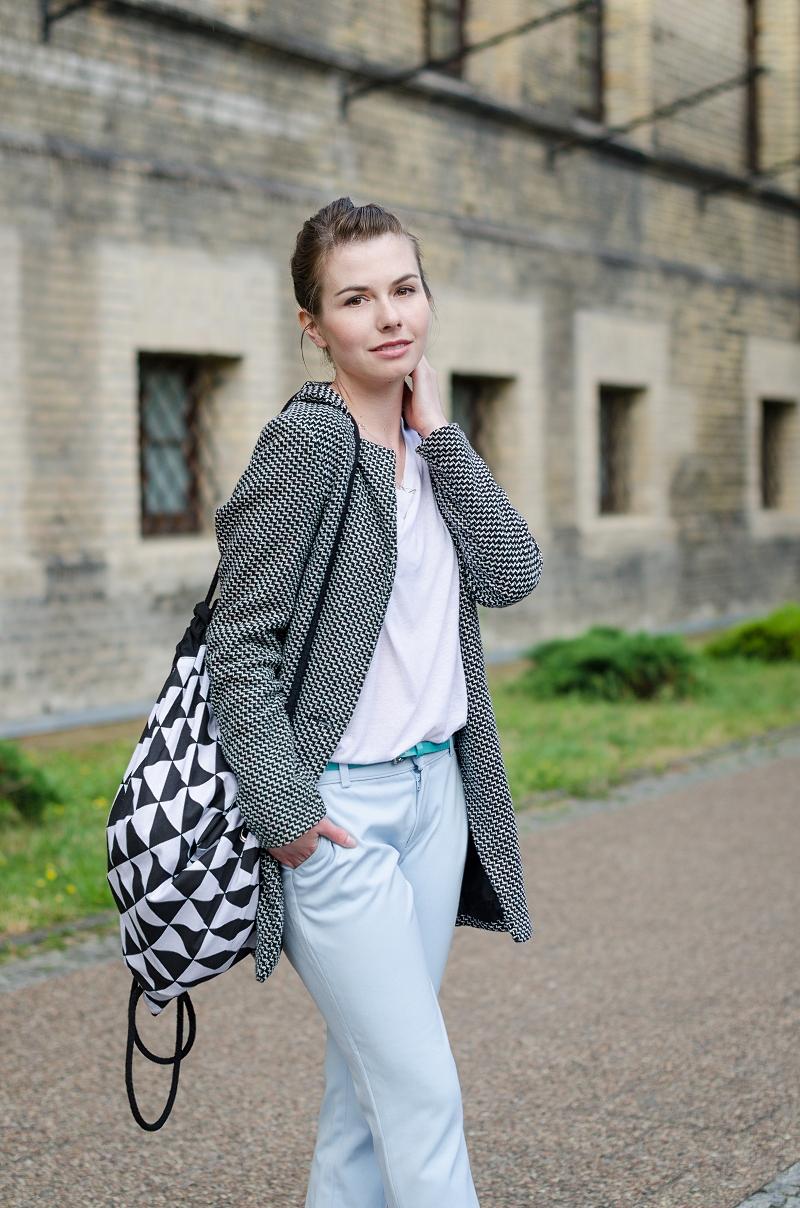 Plecak materiałowy marki Czarny i prosty płaszcz
