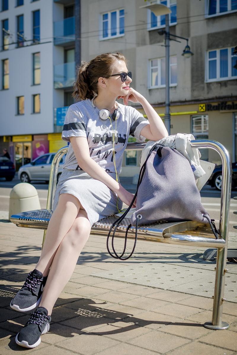 Spódnica i t-shirt w tym samym kolorze