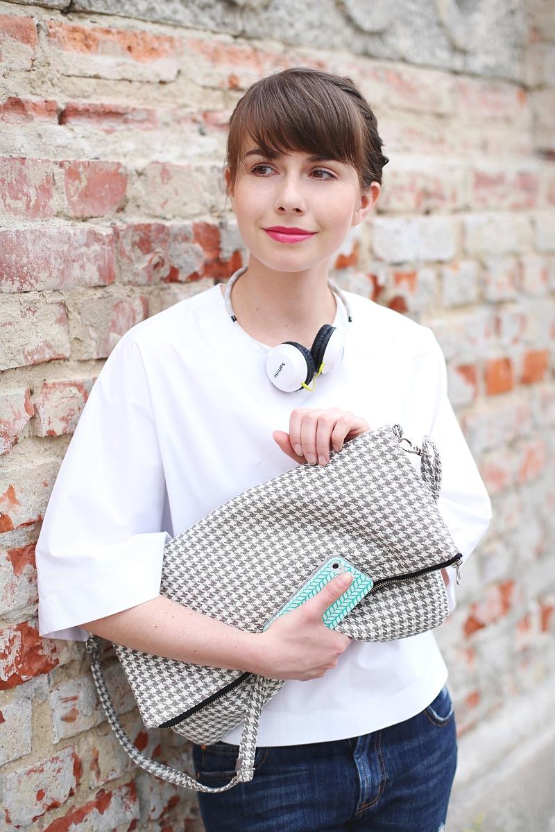 Duża kopertówka w pepitkę i trapezowa bluzka w stylizacji