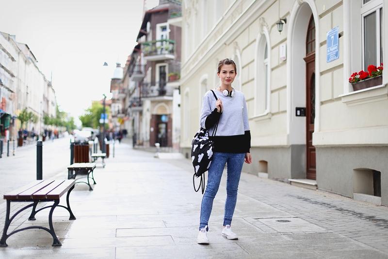 Stylizacja sportowa z plecakiem i conversami