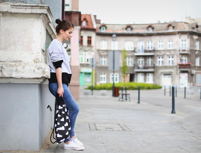 Stylizacja sportowa w miejskim stylu