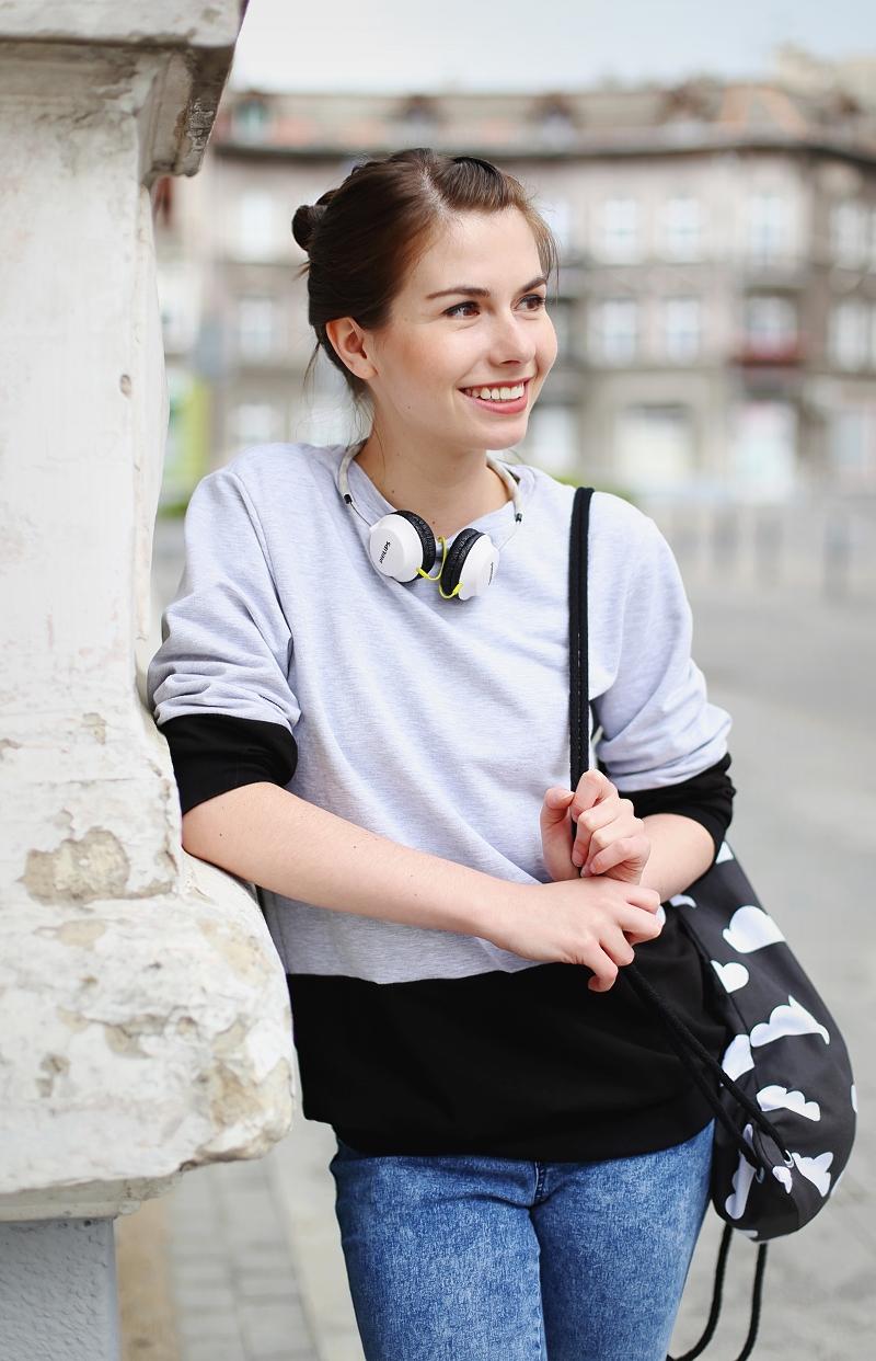 Bawełniana bluza, plecak w chmurki o słuchawki