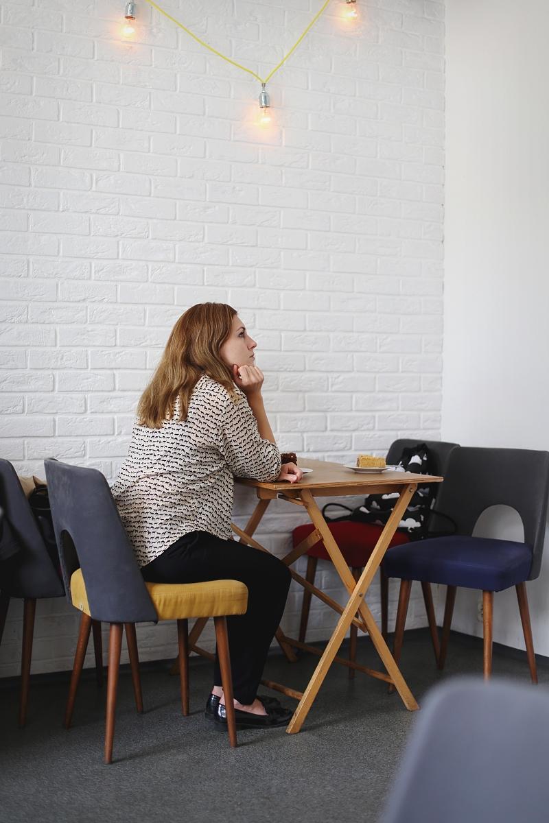 Dziewczyna w kawiarni