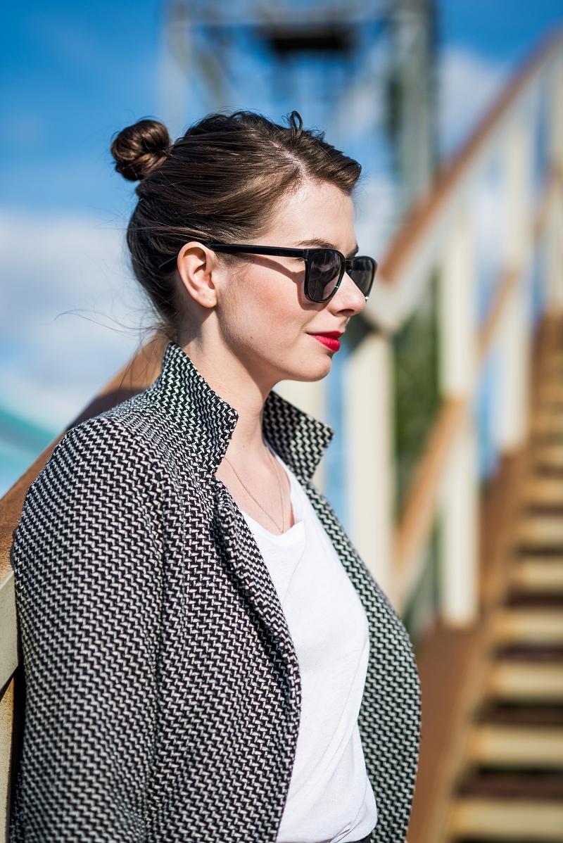 Klasyczne czarne okulary - jak je nosić