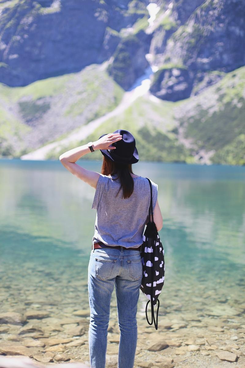 Jeansy, kapelusz i plecak - stylizacja wędrownika