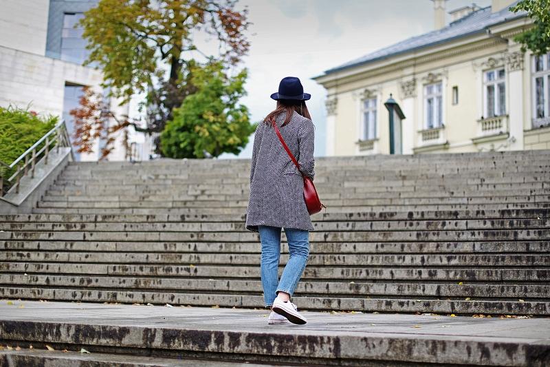 Klasyczny jesienny szary płaszcz i burgundowa torebka
