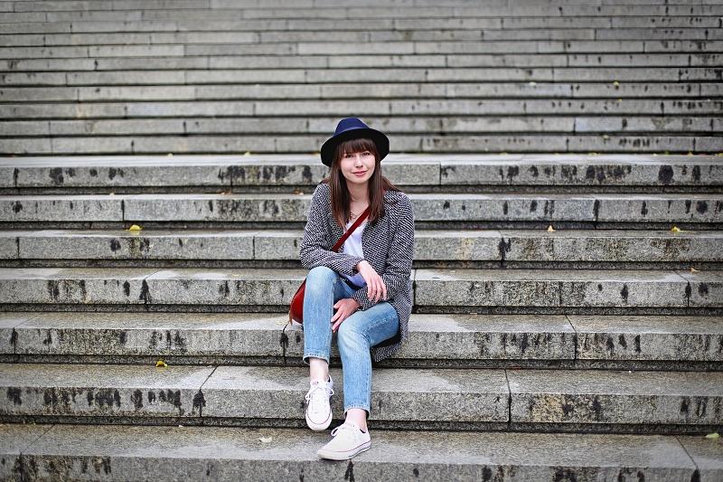 Stylizacja z jeansami i kapeluszem
