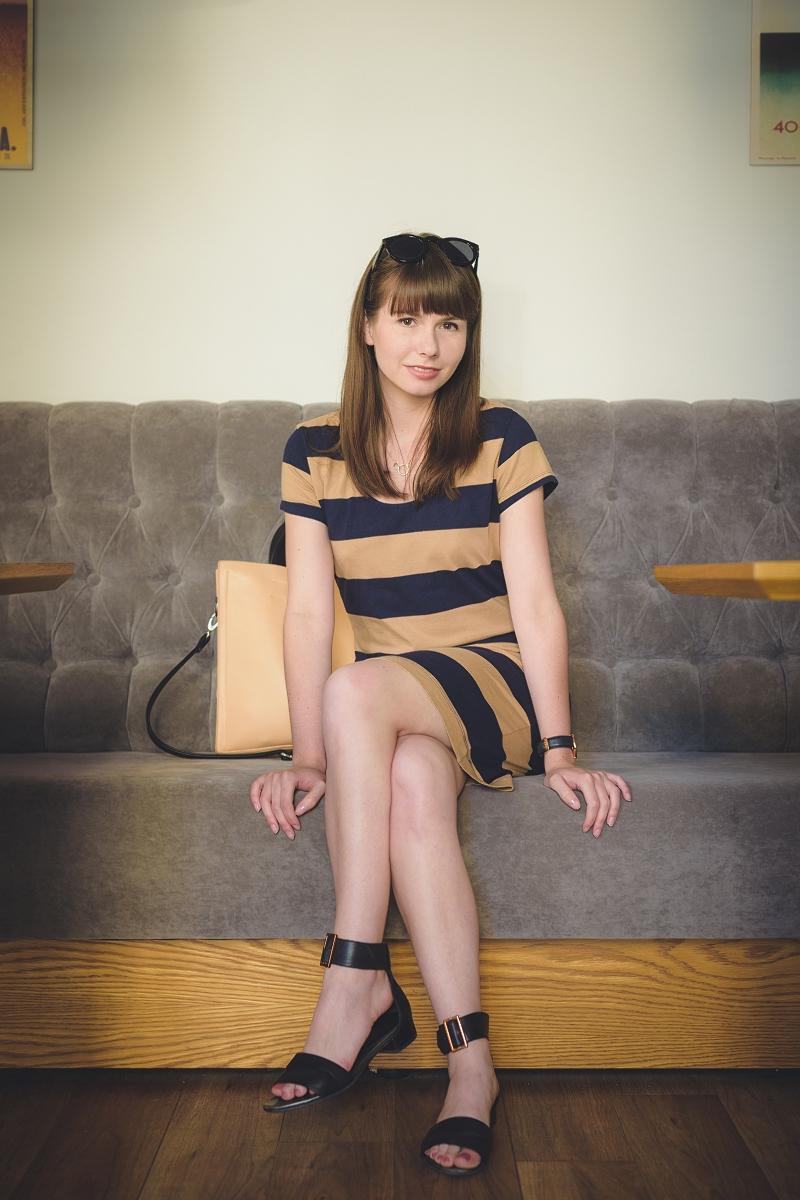 Sukienka w paski i płaskie sandały