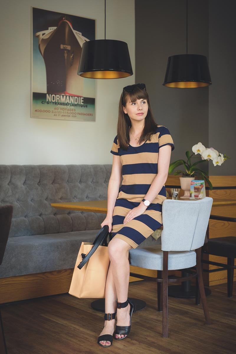 Sukienka w granatowo-beżowe paski
