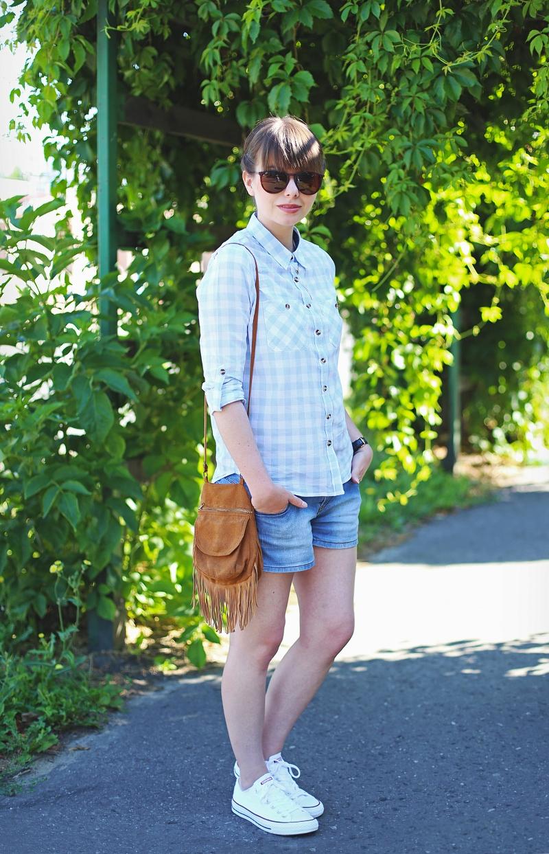 Stylizacja z jeansowymi szortami i koszulą w kratę