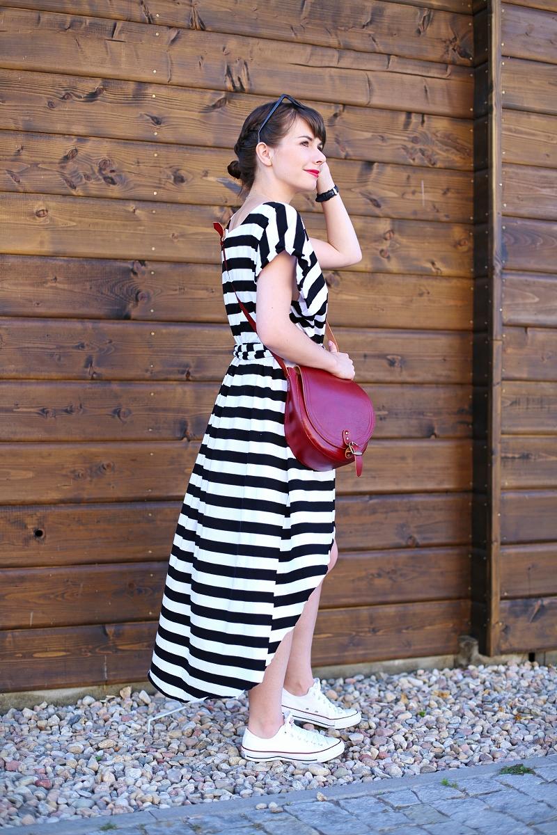 Stylizacja z pasiastą sukienką