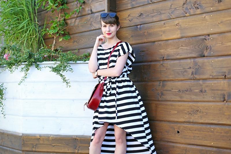 Asymetryczna sukienka unosząca się pod wpływem wiatru