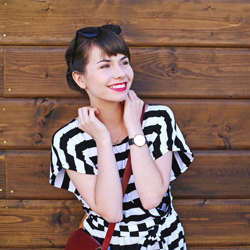 Biały uśmiech i czerwona szminka