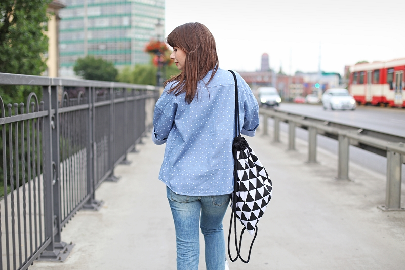 Bawełniana koszula, plecak i jeansy