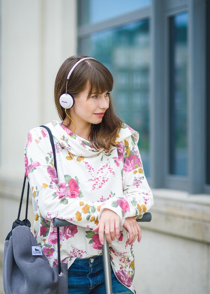 Bluza w kwiaty retro i sportowy plecak