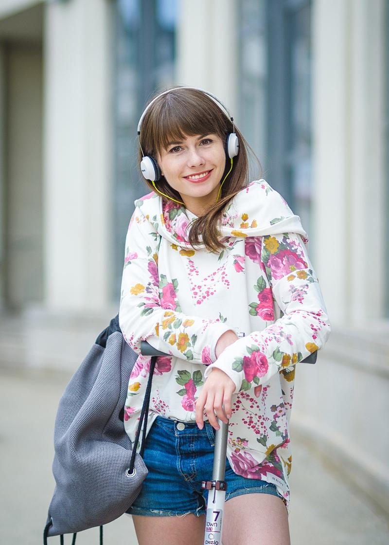 Biała bluza w kwiaty i słuchawki
