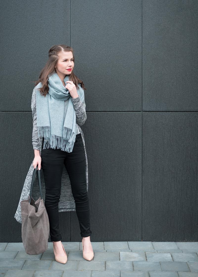 Długi sweter i czarne rurki