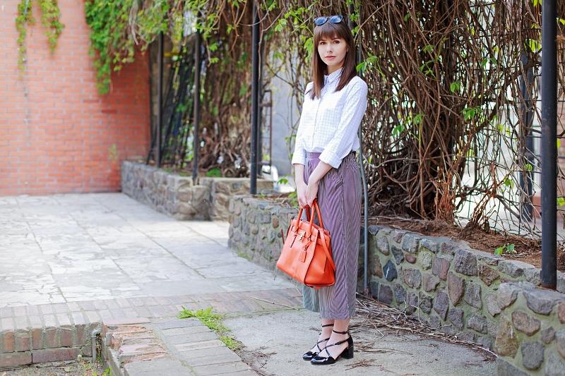 Biała koszula i spodnie culottes.