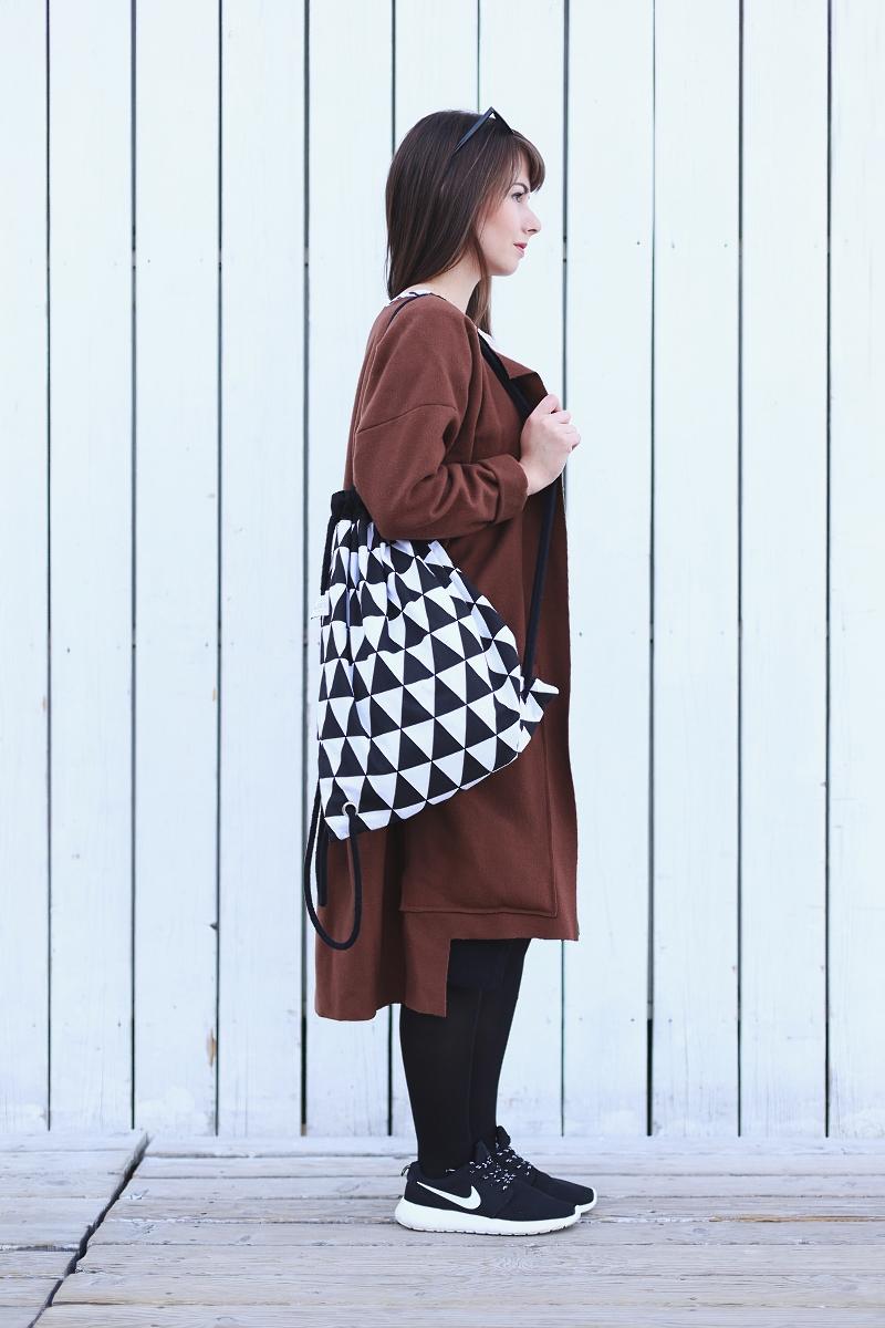 Minimalistyczna stylizacja z plecakiem w trójkąty
