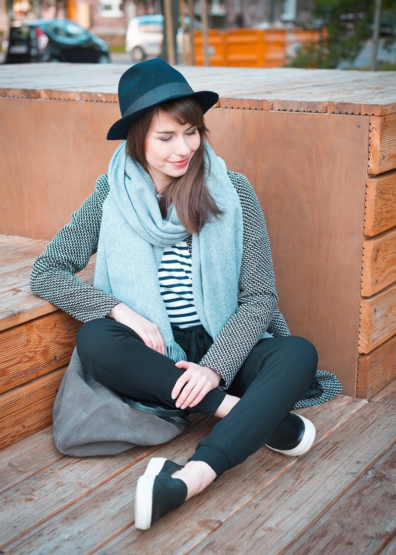 Spodnie z wysokim stanem, kapelusz, wełniany szal, paski