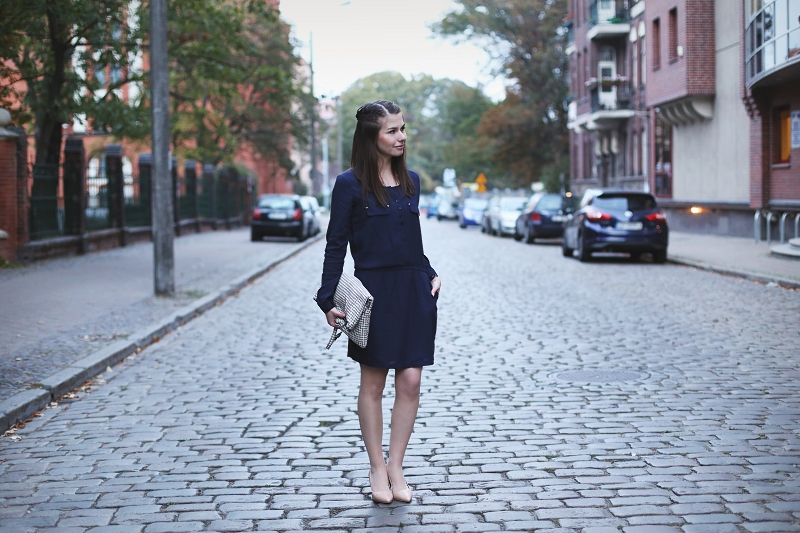 Granatowa sukienka, torebka w pepitkę i cieliste szpilki