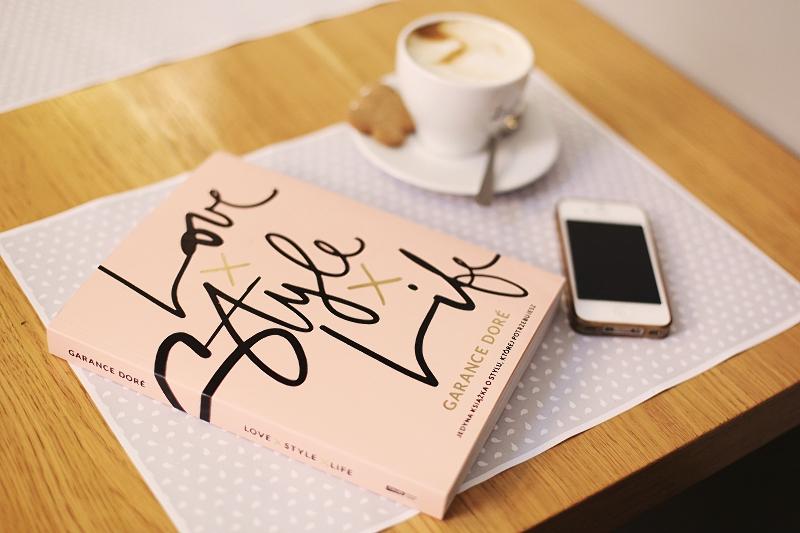 Kawa, telefon i książka Love x Style x Life