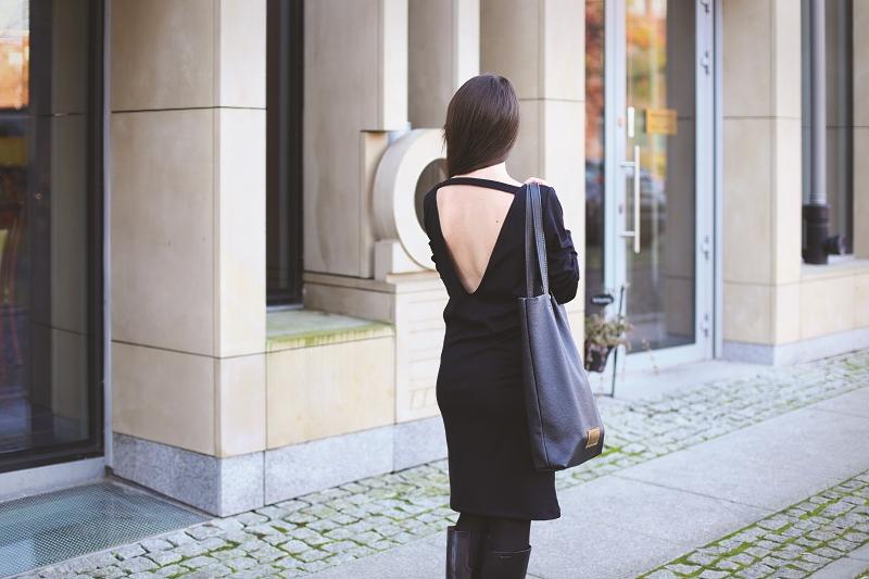 Sukienka z dużym dekoltem na plecach i torba polskiej marki