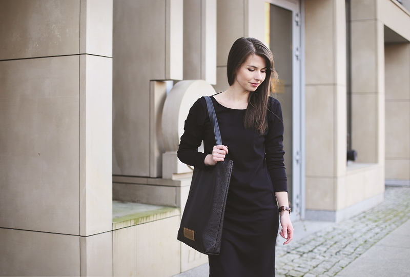 Czarna sukienka i torba polskiej marki Modemania
