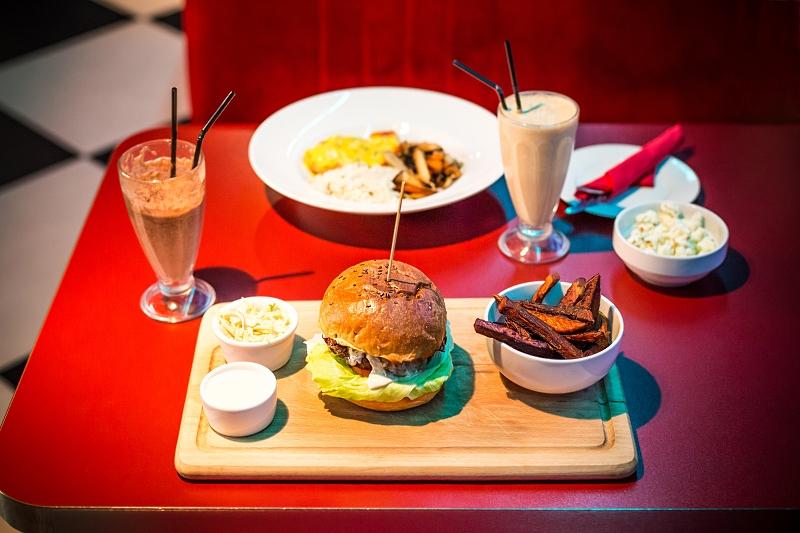 Burger i łosoś w sosie śmietanowo-cytrynowym