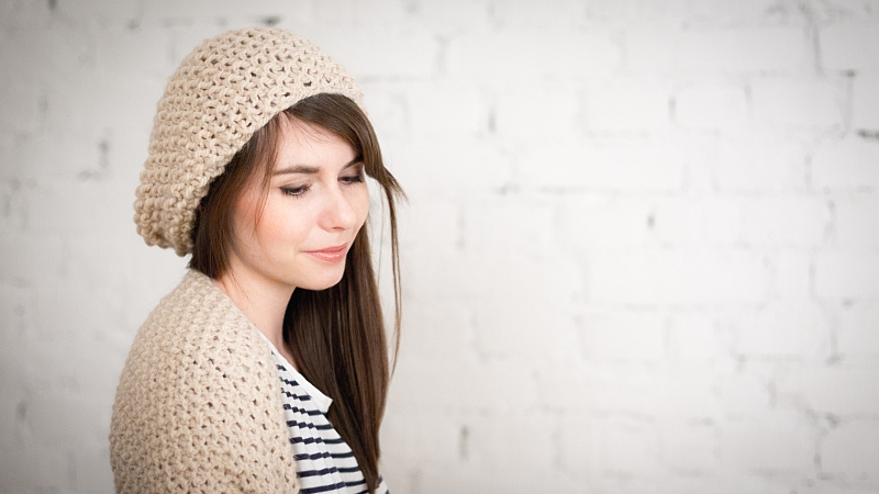 czapka i szal - nude, pasiasty T-shirt
