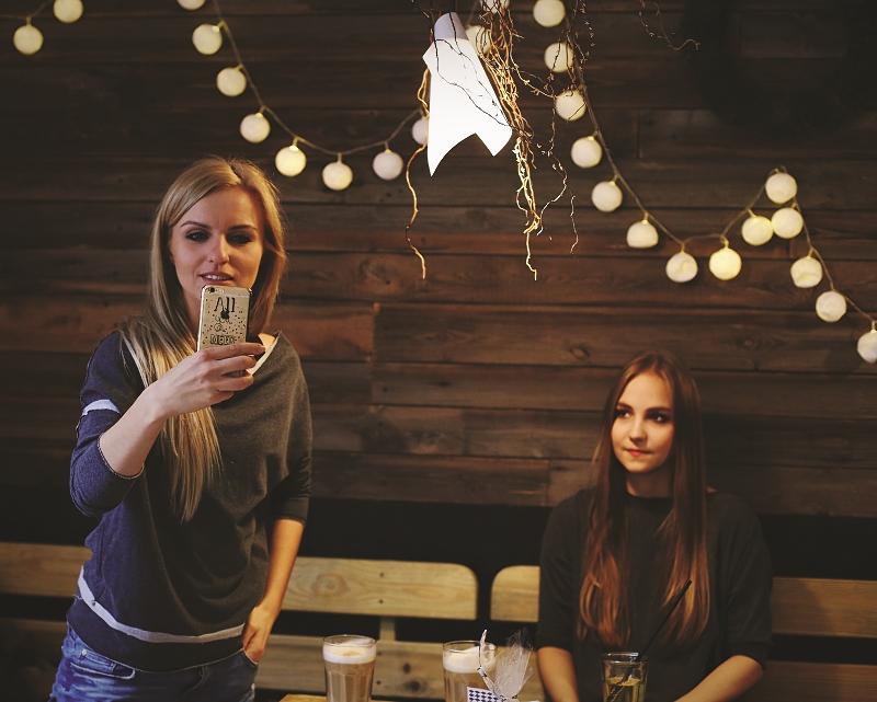 Świąteczne spotkanie z przyjaciółkami w kawiarni
