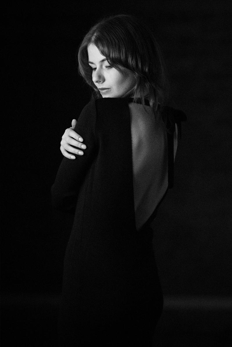 dekolt na plecach - mała czarna