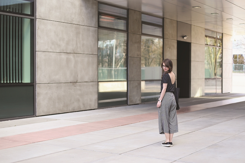 Spodnie culottes i T-shirt z dekoltem na plecach