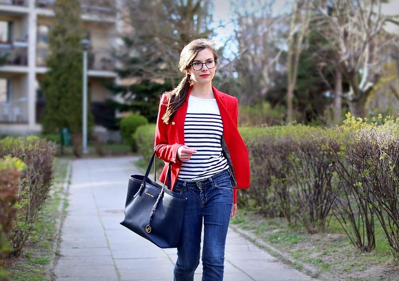 Czerwona marynarka i bluzka w paski