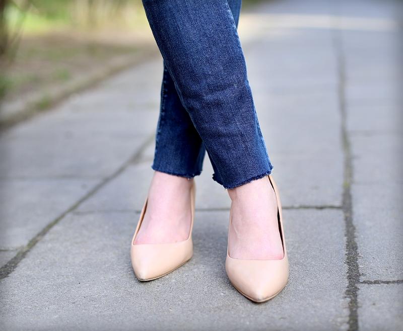Jeansy z obciętymi nogawkami i cieliste szpilki