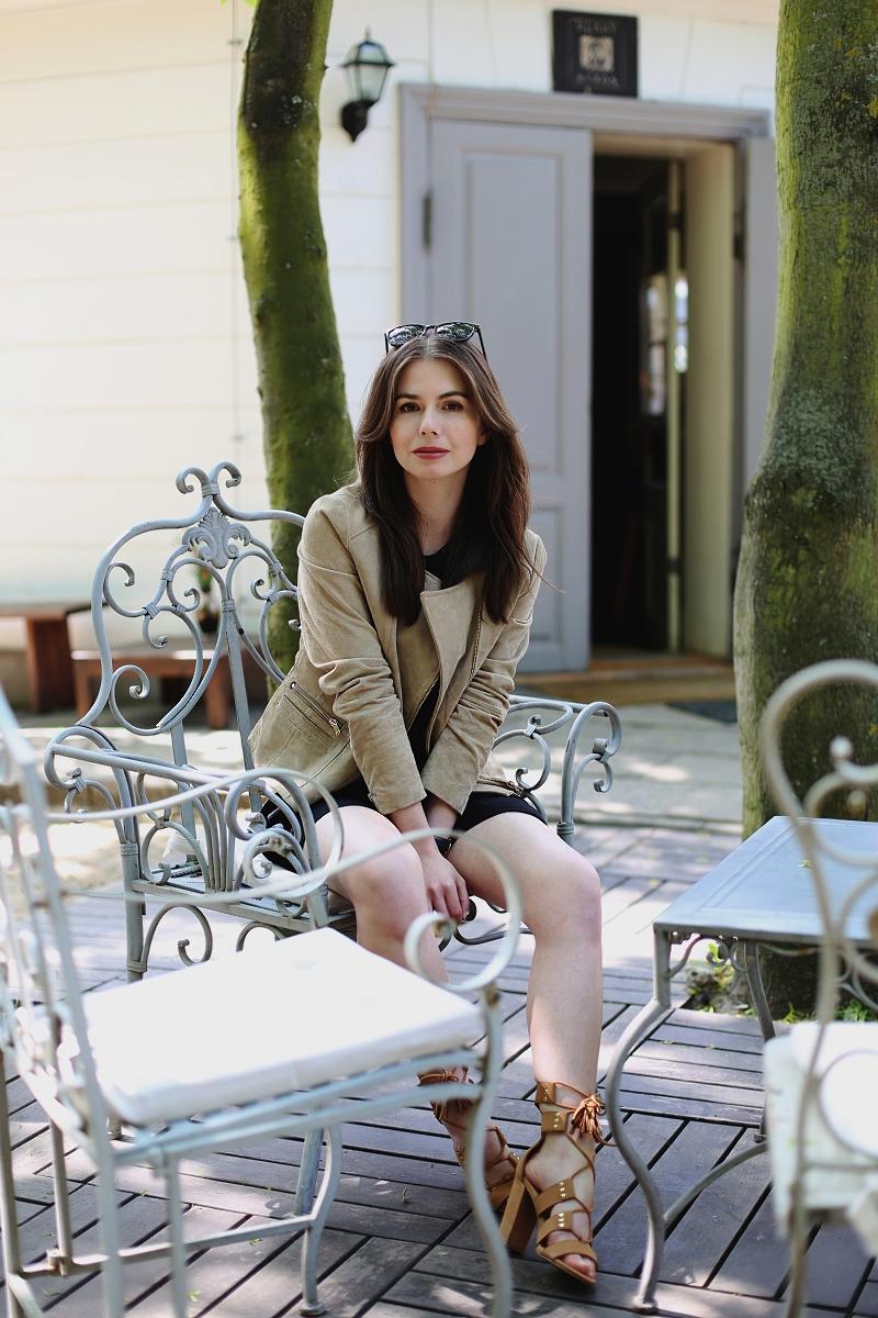 Zamszowa kurtka i skórzane wiązane sandały