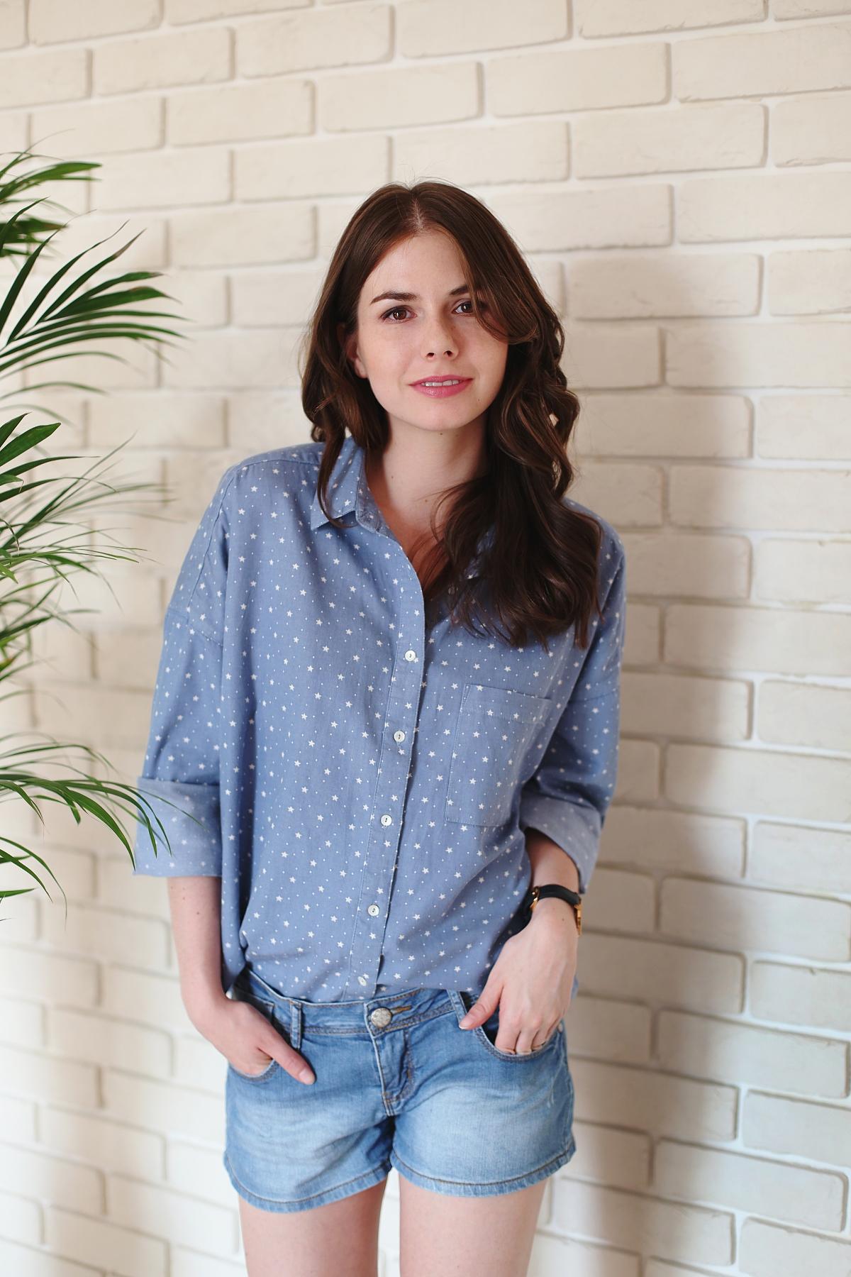 Casual: jeansowe szorty & koszula oversize w gwiazdki