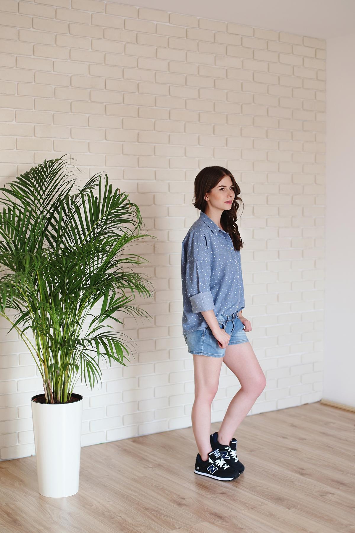 Jeansowa stylizacja i buty sportowe new balance