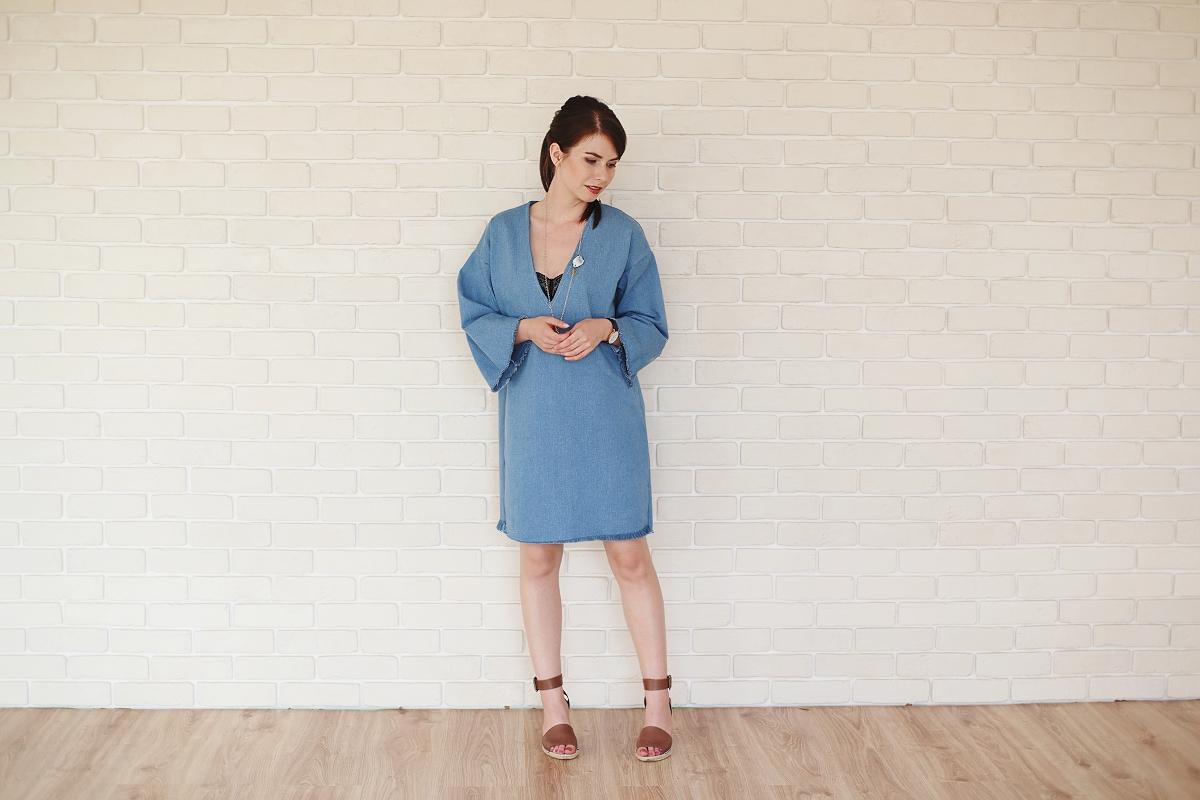 Jeansowa sukienka Anoi i koturny Tatuum