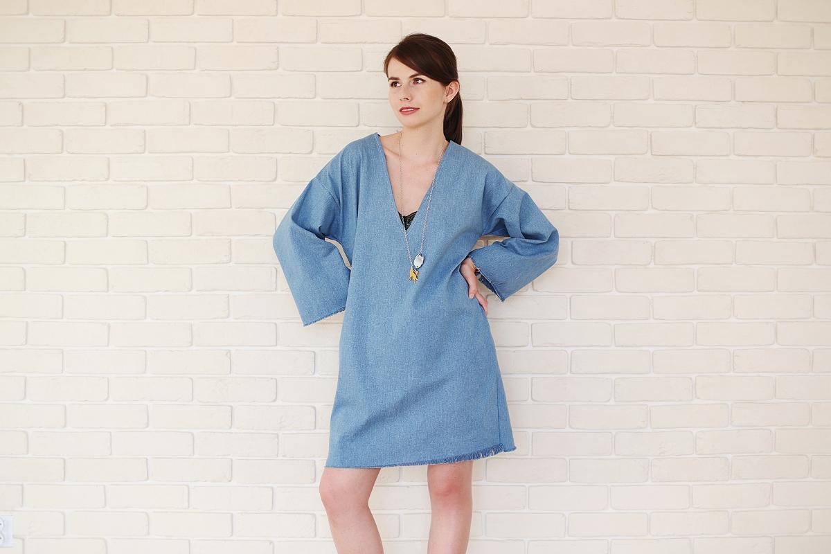 Polska moda - sukienka z rozszerzanymi rękawami