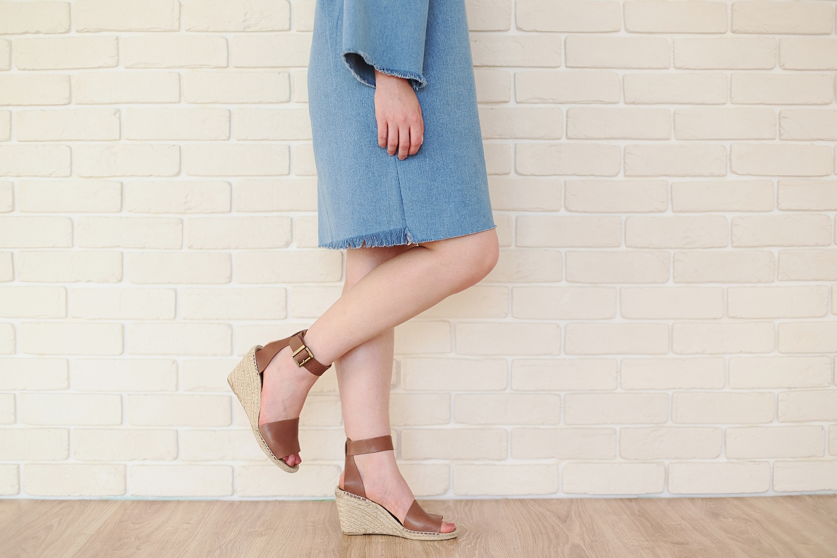 Koturny (naturalna skóra) i minimalistyczna jeansowa sukienka