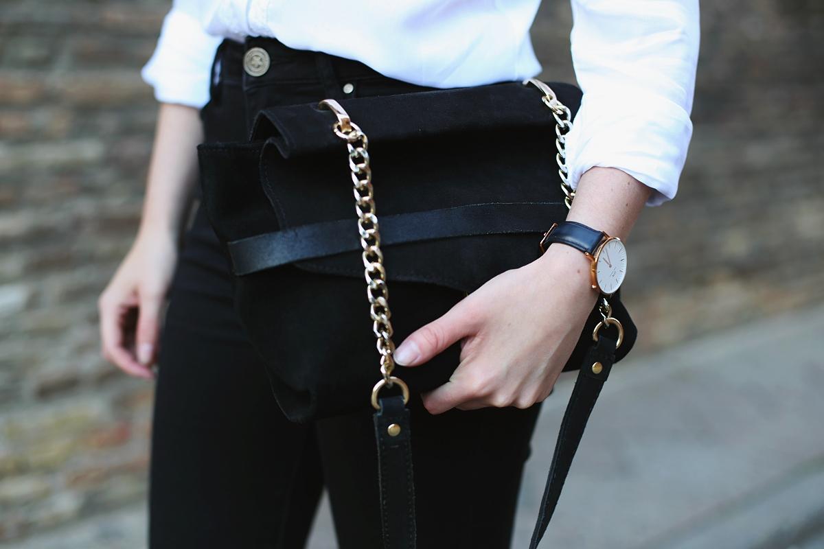 Czarna skórzana torebka na łańcuszku