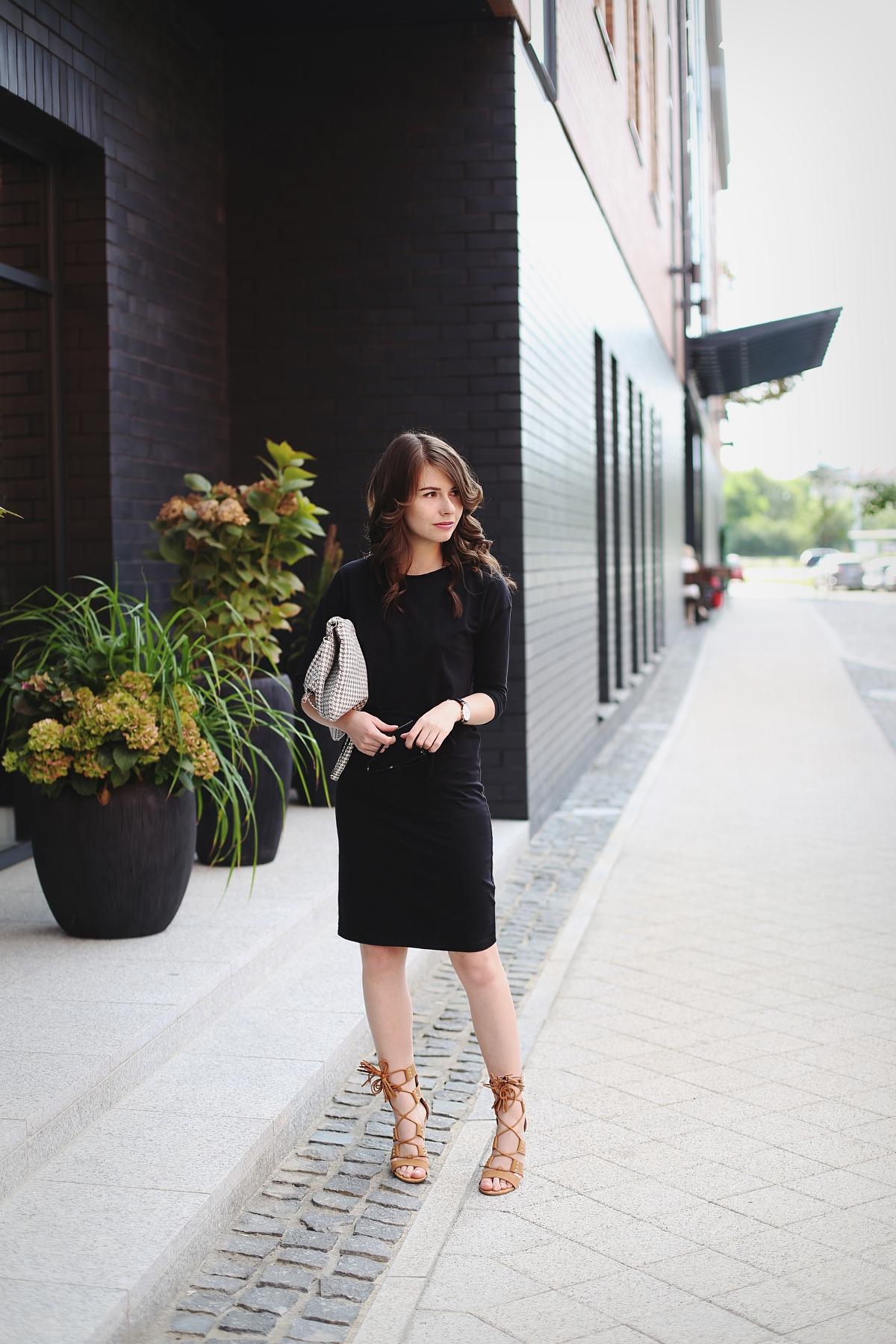 Kobieca stylizacja z wiązanymi sandałami