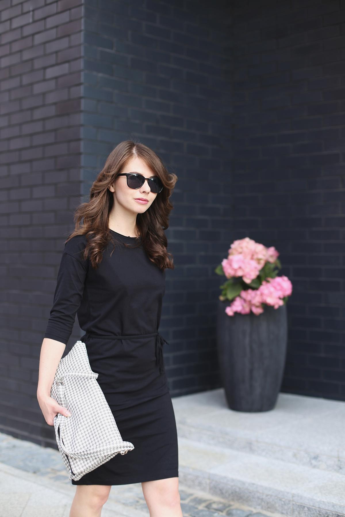 Kobieca stylizacja z małą czarną