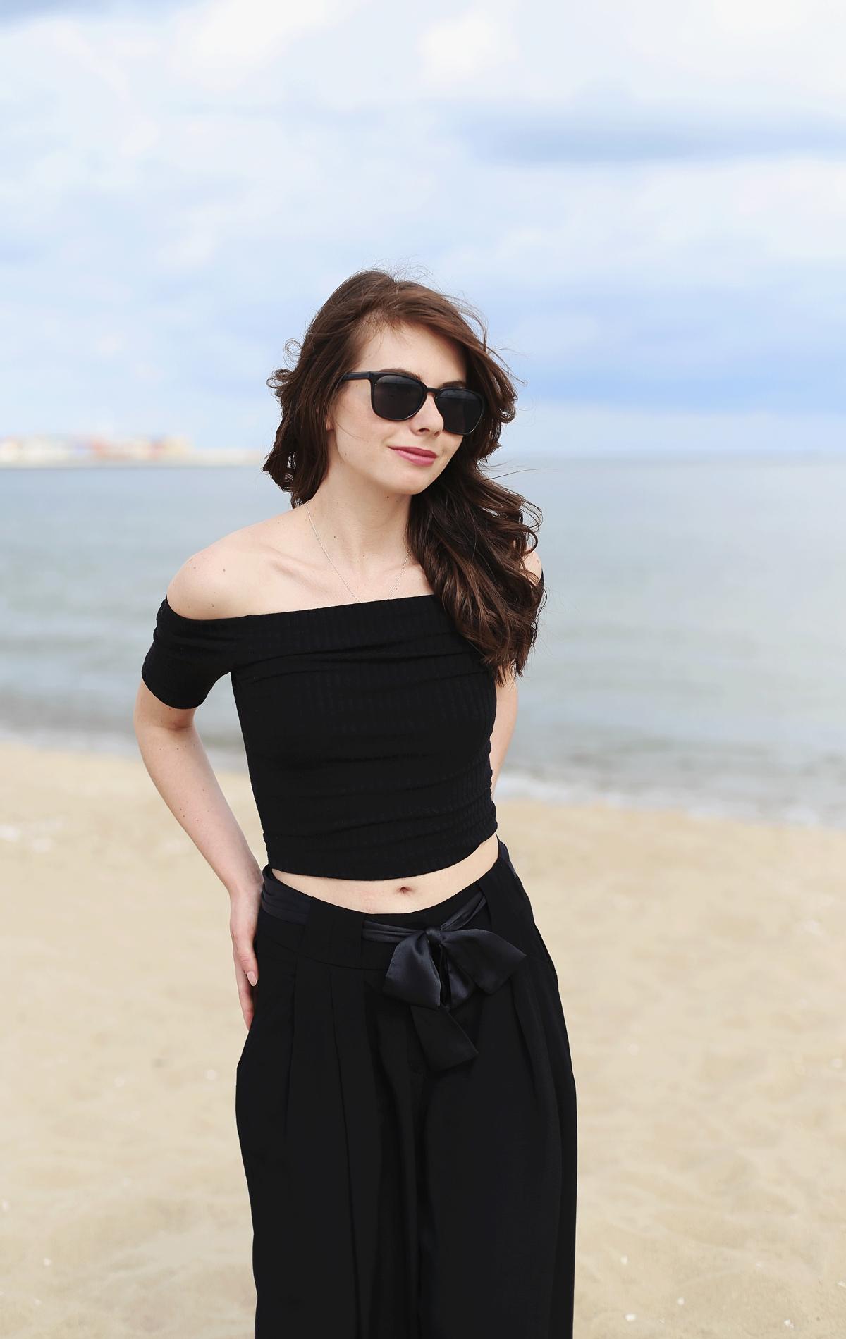 Czarna stylizacja: top z odkrytymi ramionami