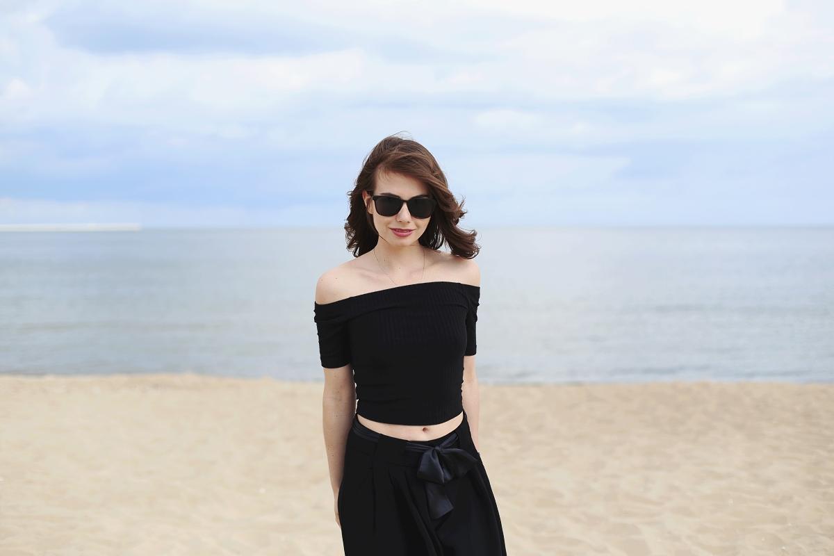 Stylizacja w czerni - sesja na plaży