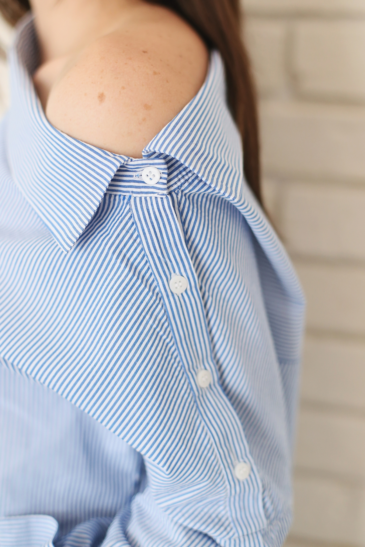 Koszula zapinana na guziki i odsłaniająca ramię