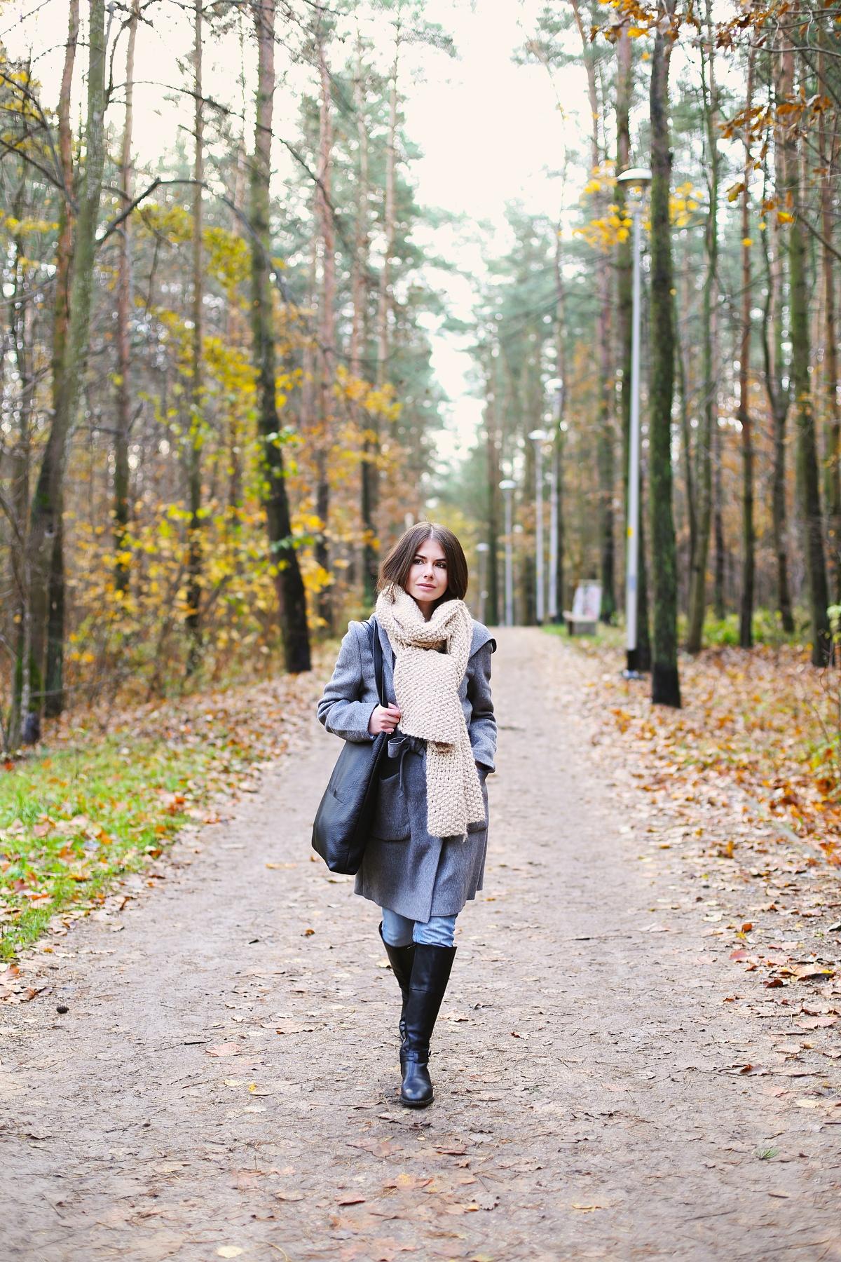 Jesienny zwyklak: szary płaszcz i beżowy wełniany szal