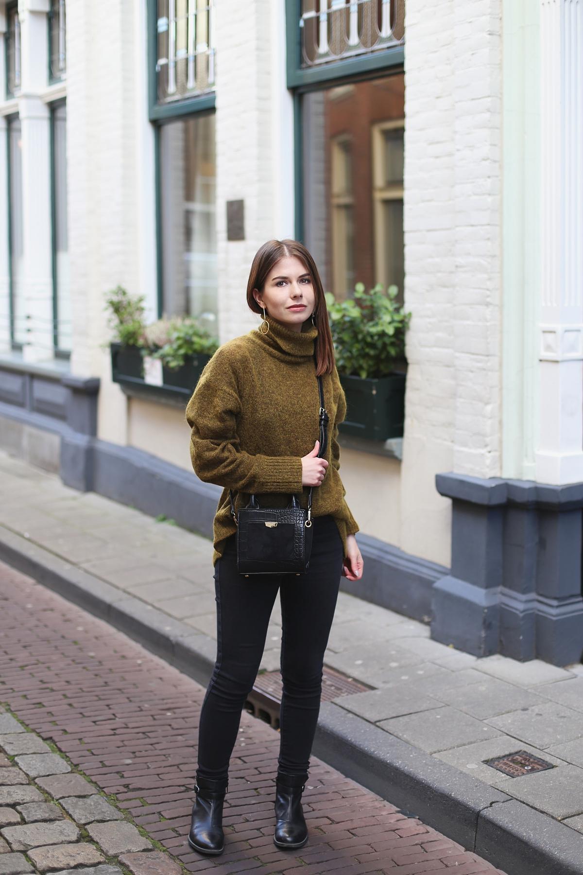 Minimalizm: czarna baza i zielony moherowy sweter