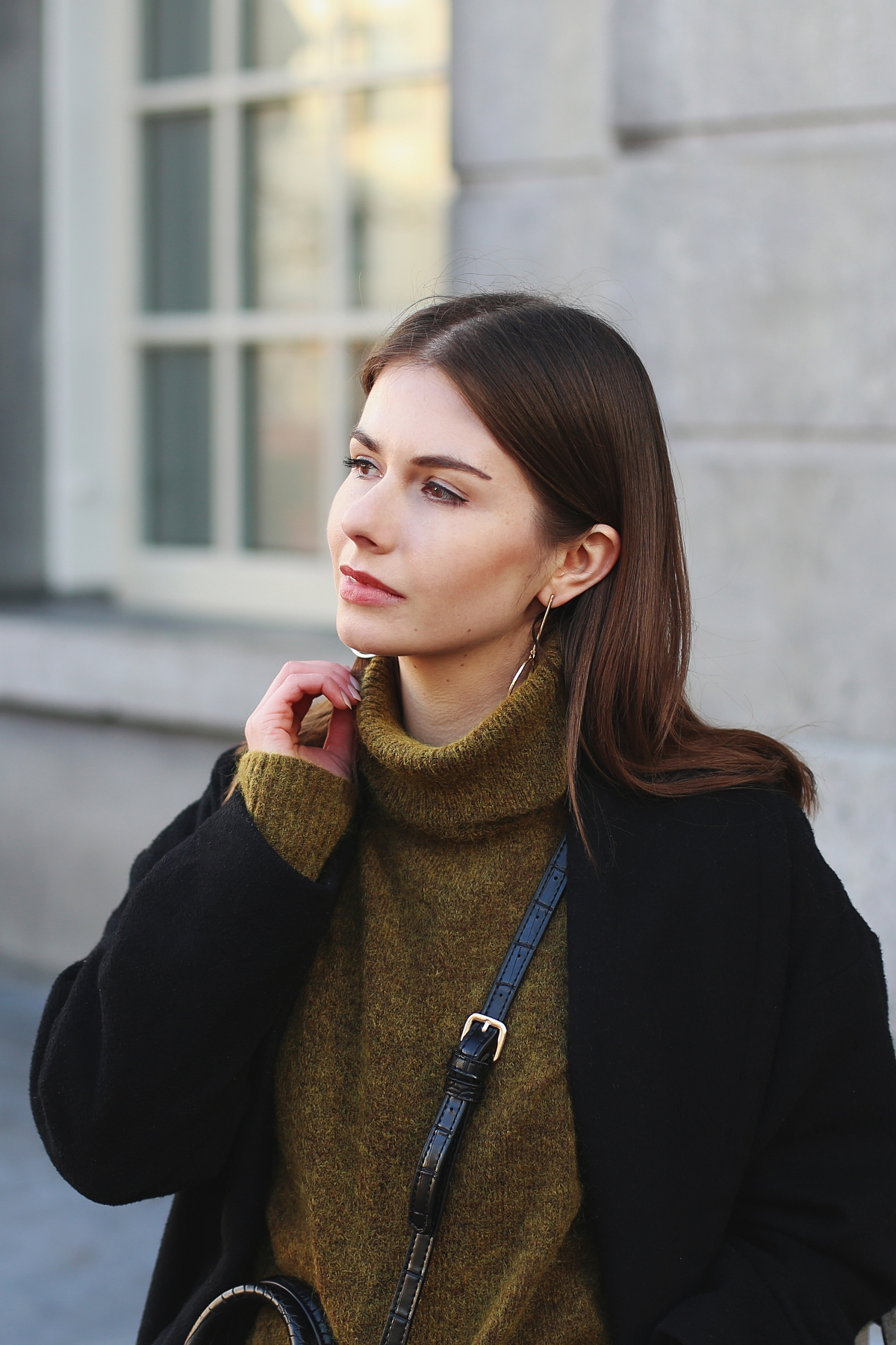 Złote minimalistyczne kolczyki i wełniany swetr oversize